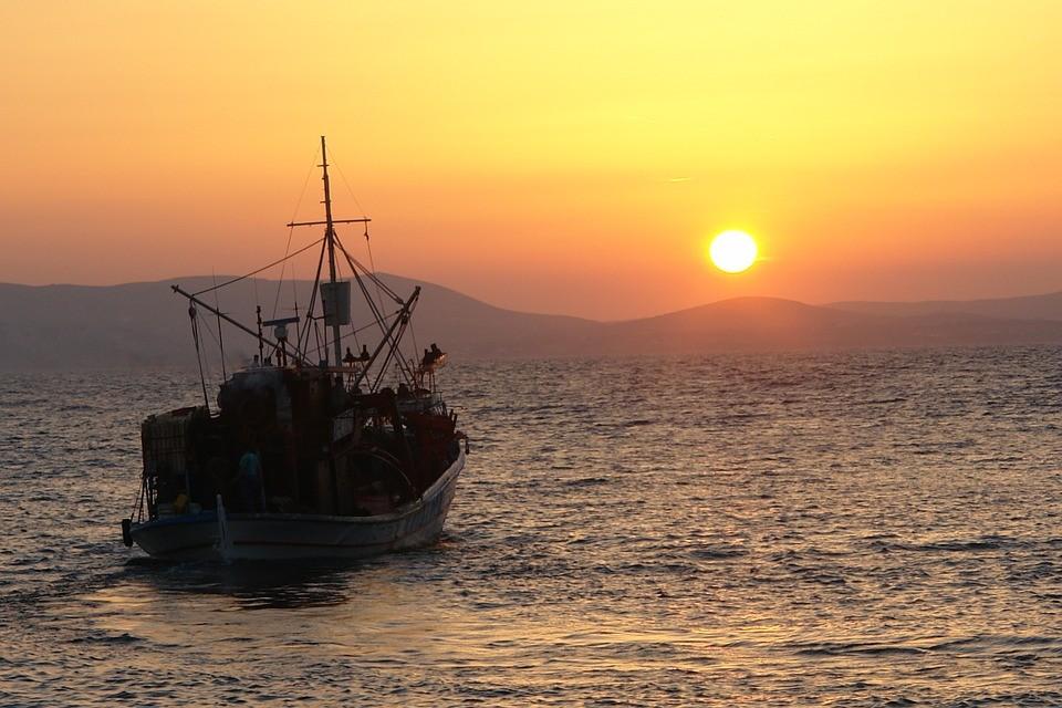 Új útvonal: kikötőbe vontatták a Fekete-tengeren sodródó halászhajót