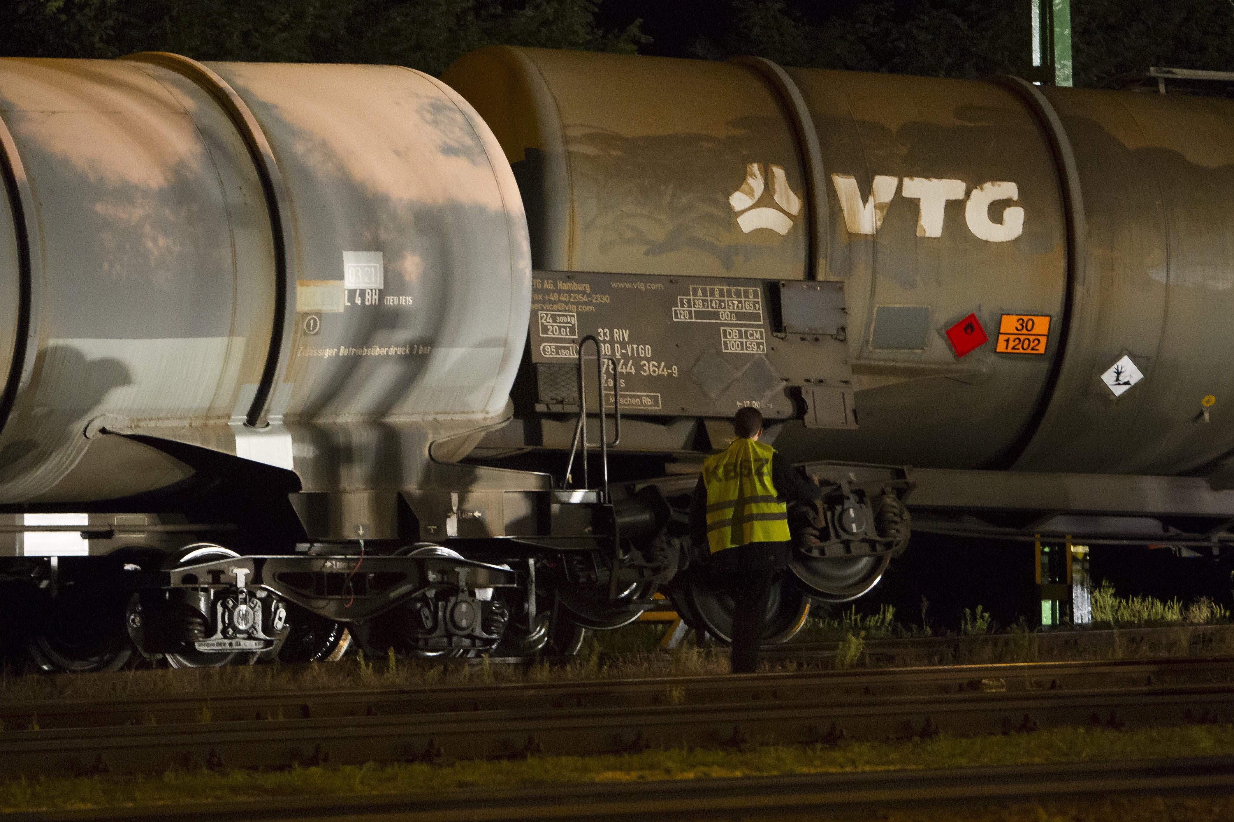 Gázolajat szállító vasúti kocsik borultak fel Vépen