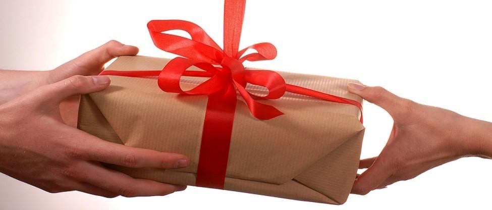 Ajándék családon belül: már az ilyen értékű ajándék is illetékköteles