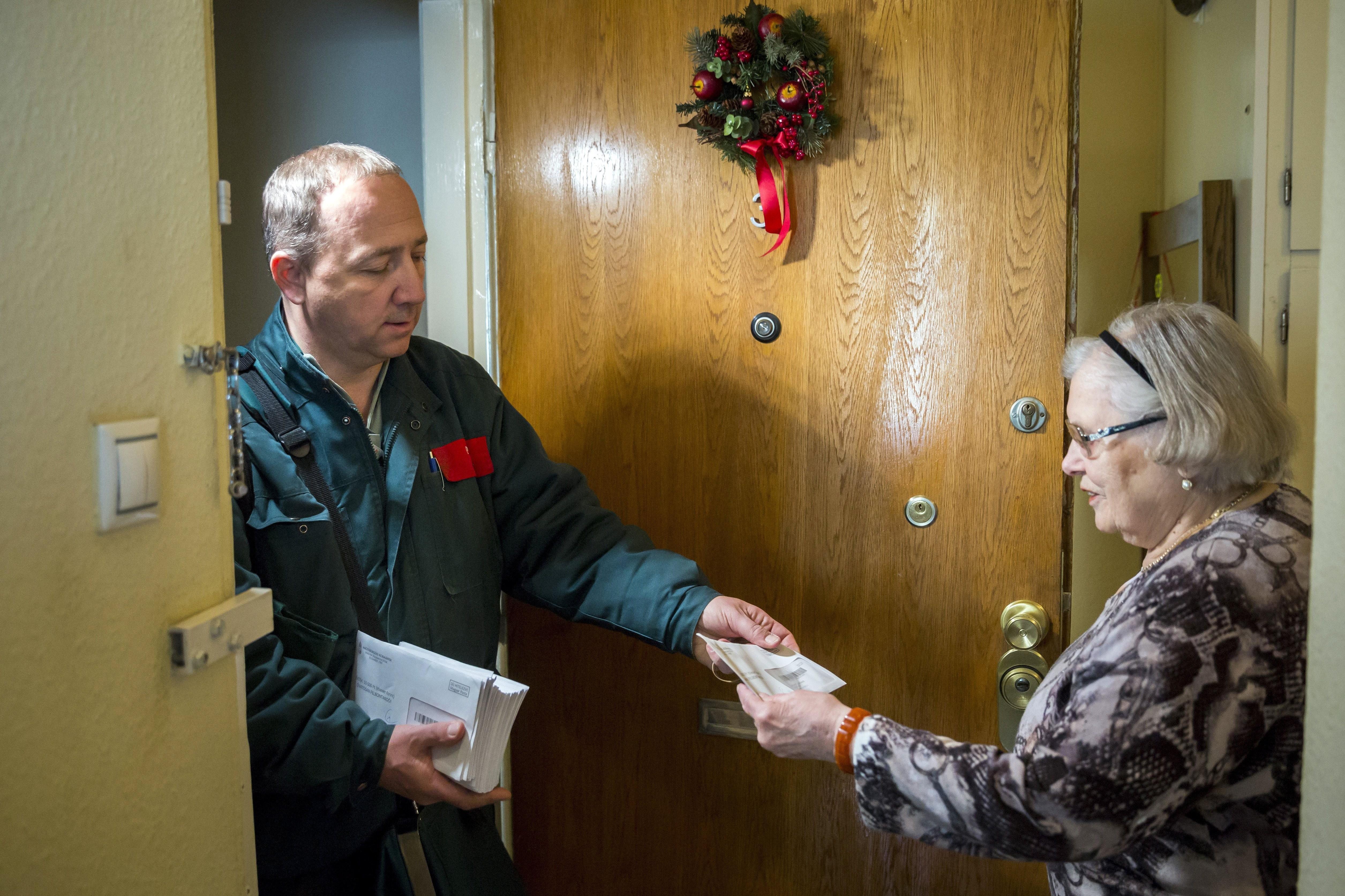 Az Erzsébet-utalványokat eddig juttatja el a posta a nyugdíjasoknak