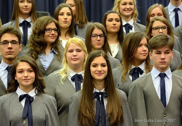 Szalagot kaptak a szombathelyi ELTE Bolyai Gimnázium végzősei