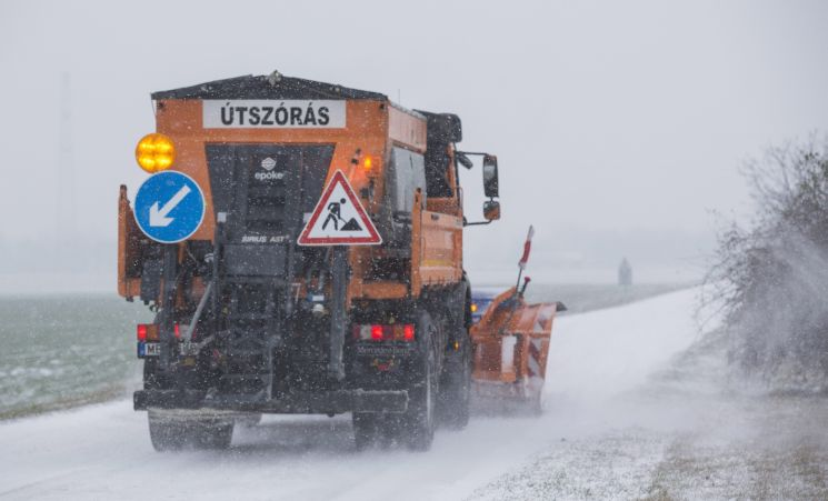 Jön a havazás: Szombathelyen már előre besózzák az utakat