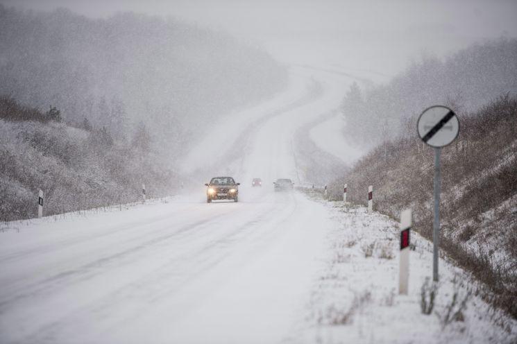 Havazás - Havas utak, lassuló közlekedés mindenfelé