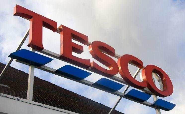A Tesco is bért emel. Két lépésben emelkedik az alapbér náluk