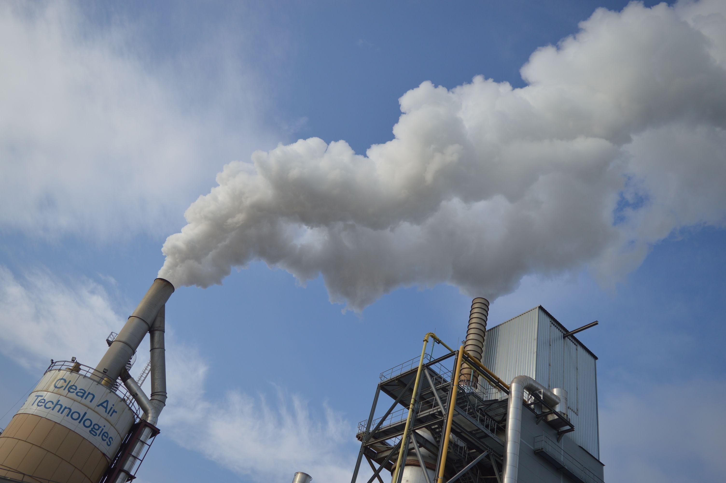 Már nem füstöl a Falco gyár régi kéménye Szombathelyen