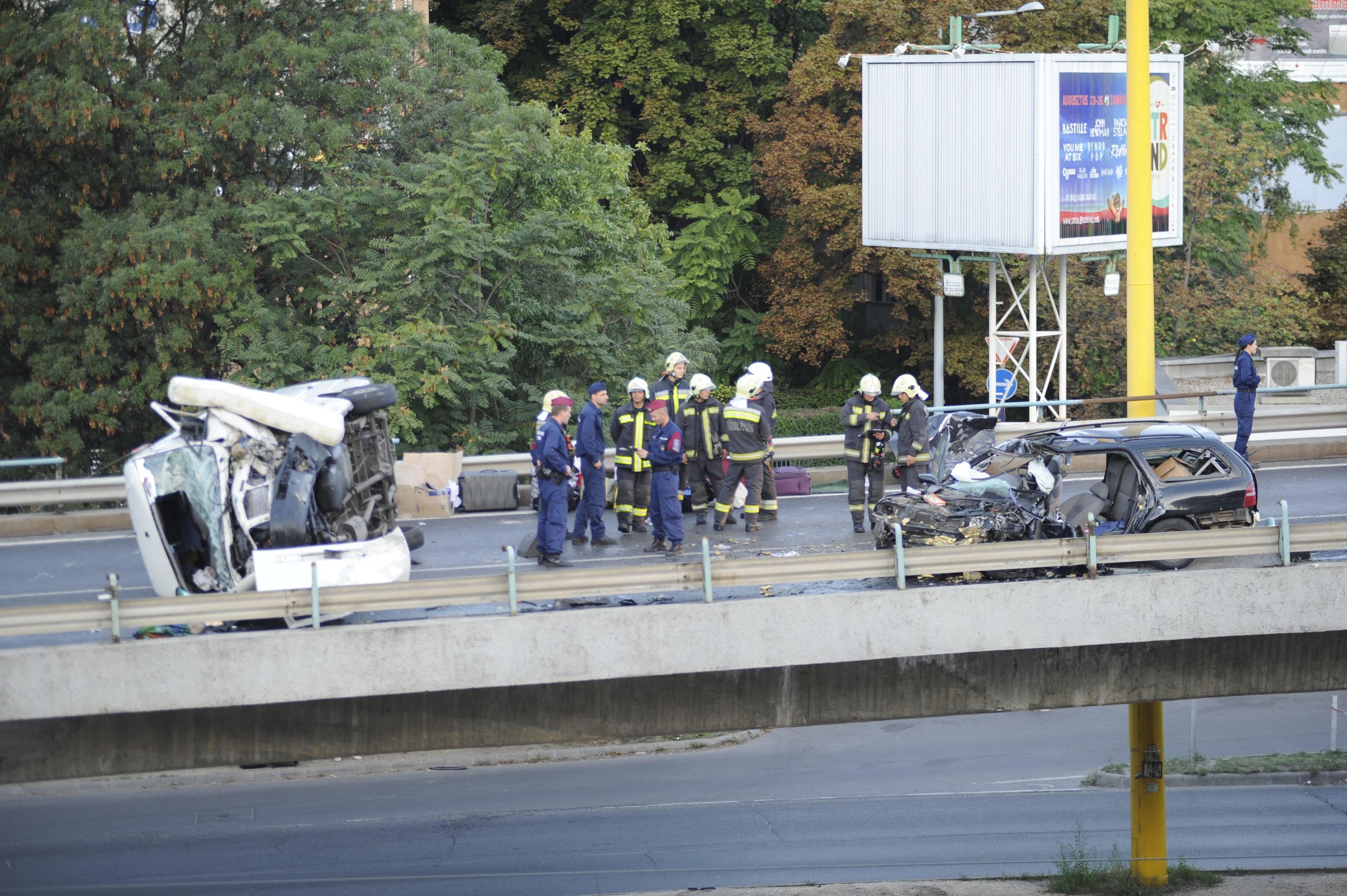 Kisbusz és személyautó karambolozott, egy ember meghalt