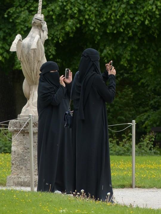 Októbertől büntetik a burka viselését Ausztriában
