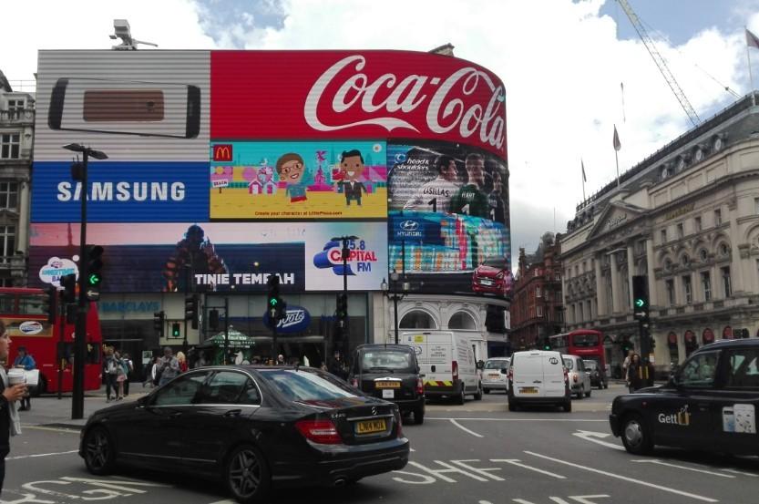 Tíz hónapos szünet után ismét ragyog a Piccadilly híres fényreklámja