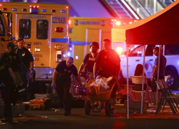 Talicskán tolnak egy sebesültet a Las Vegasban történt lövöldözés helyszínén MTI/AP/Las Vegas Review/Journal-Chase Stevens
