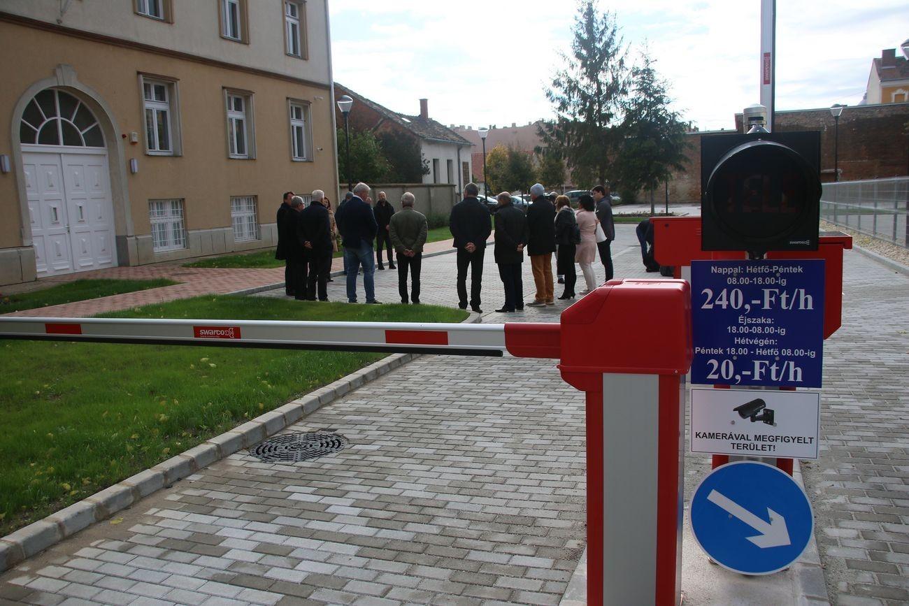 Új parkolókat adtak át Szombathely belvárosában