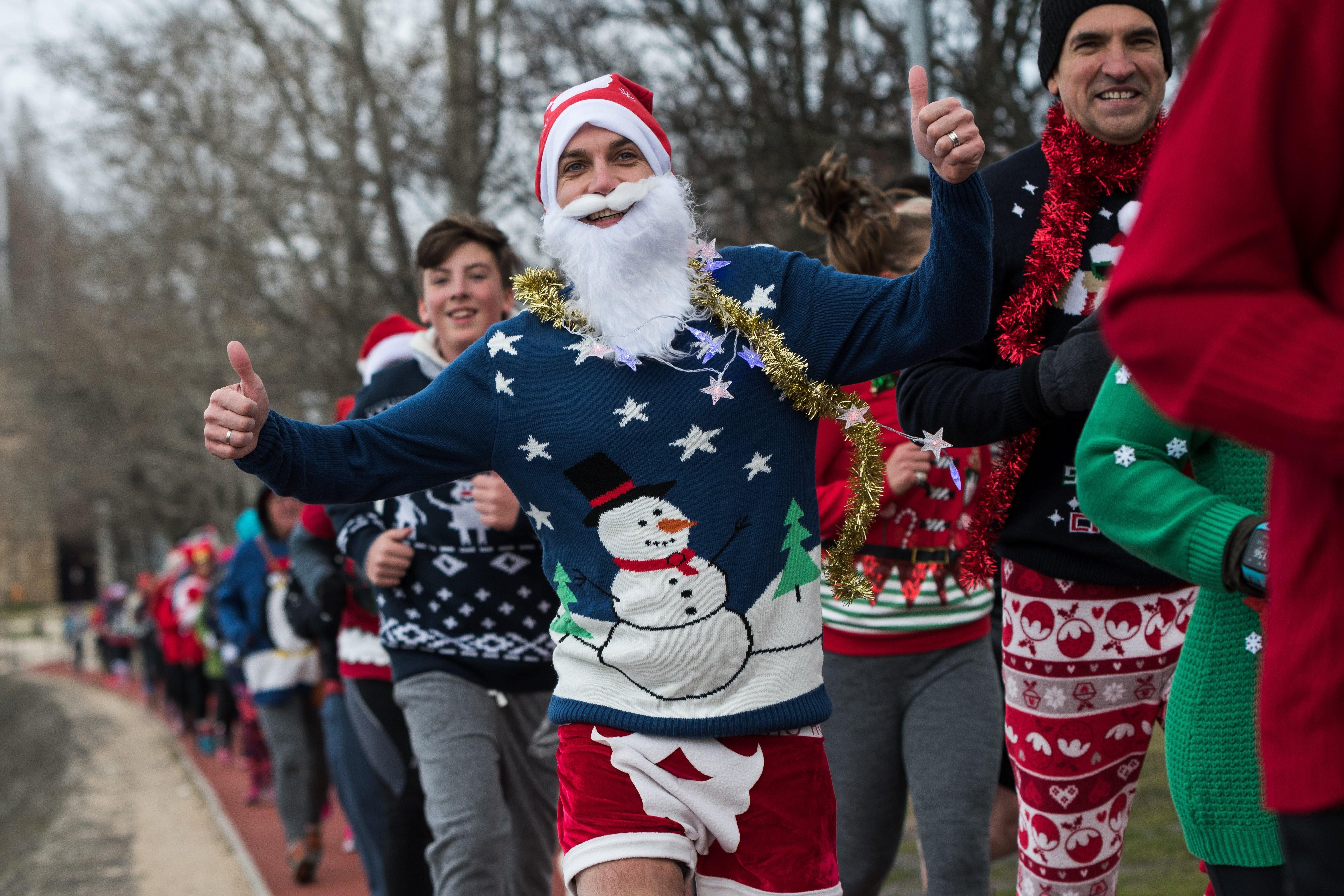 Ilyen volt az idei karácsonyi ronda pulcsis futás Budapesten