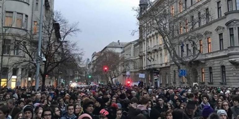 Diákok ezrei tüntettek a jobb oktatásért Budapesten