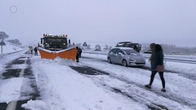 Autósok ezrei ragadtak a hóban Spanyolországban