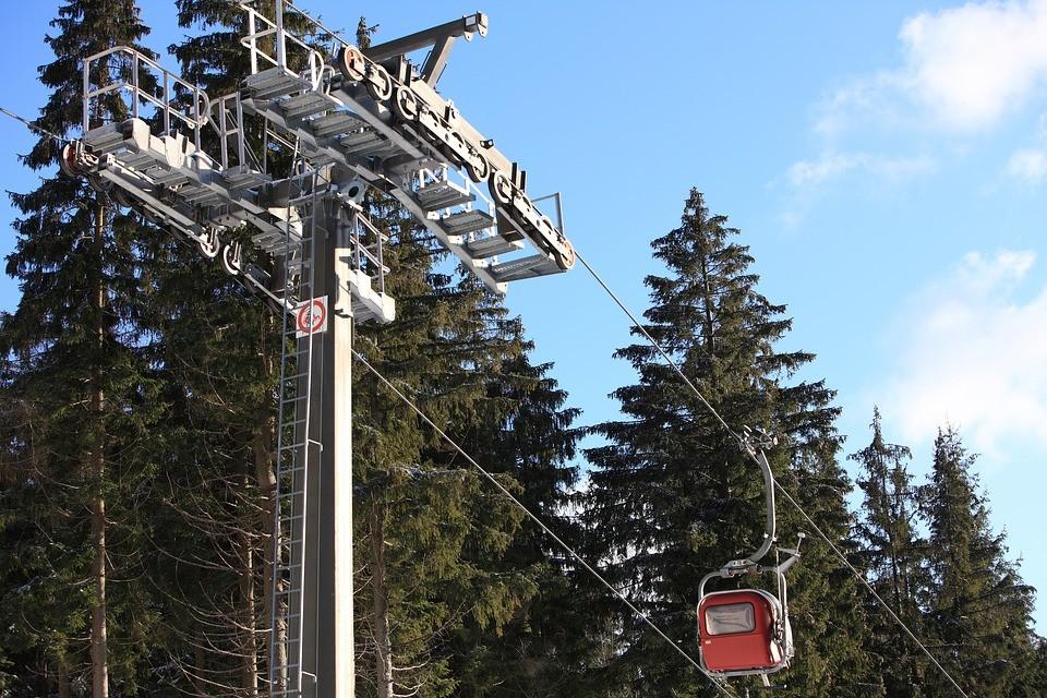 Több mint száz turista rekedt egy síliften az Alpokban