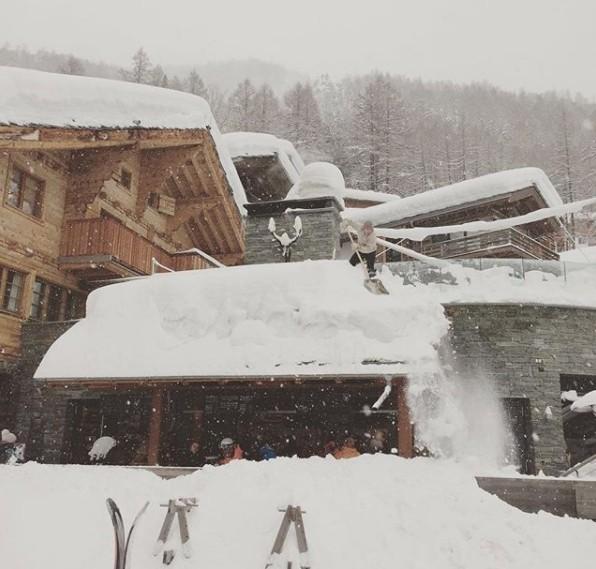 Falvakat zárt el a hó Svájcban