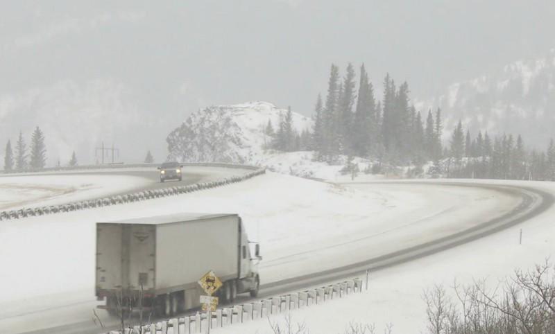 Romániában továbbra is zárva tartanak két autópályát és hét országutat a hófúvások miatt
