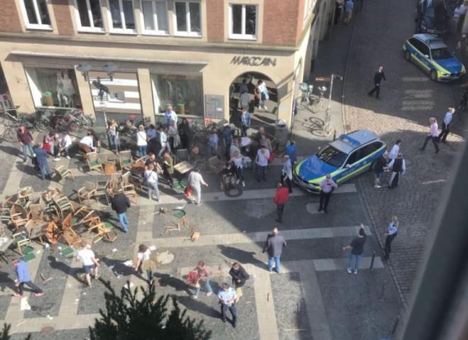 Tömegbe hajtott egy kisteherautó a németországi Münsterben