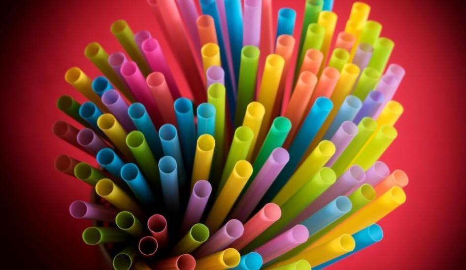 A műanyag szívószál és a fültisztító pálcika is tiltó listára kerülhet