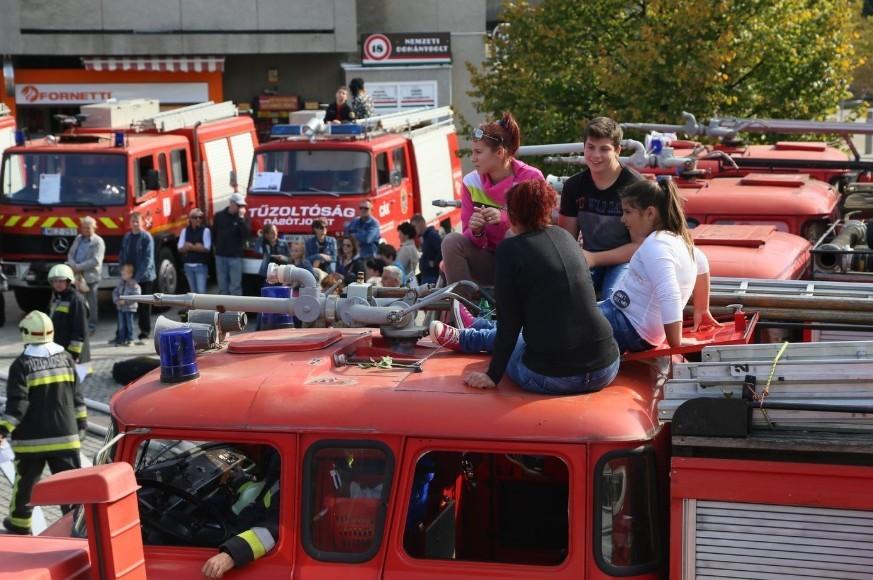 Gyereknap - Vasárnap országszerte megnyílnak a tűzoltólaktanyák