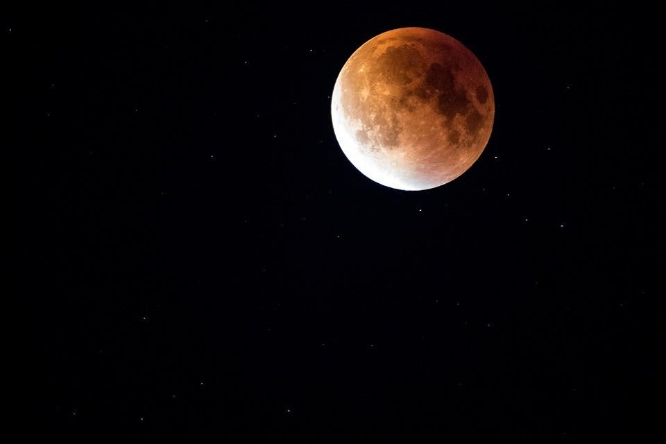 A leghosszabb teljes holdfogyatkozást láthatja péntek este
