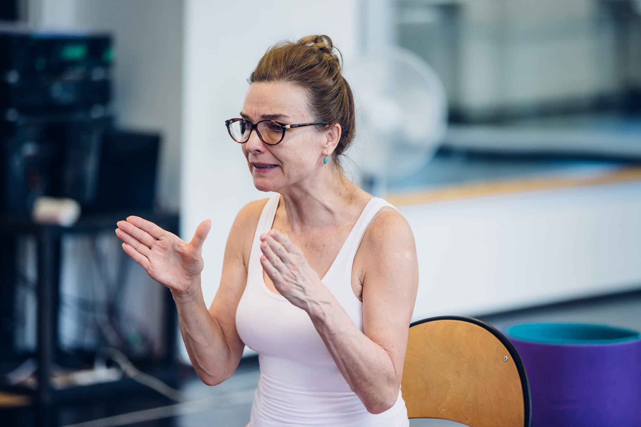 A kérdőjelekből álló ember(iség) – Ibsen/Hnath Nórája: Kováts Adél – Kiugró évadnyitás a Belvárosi Színházban