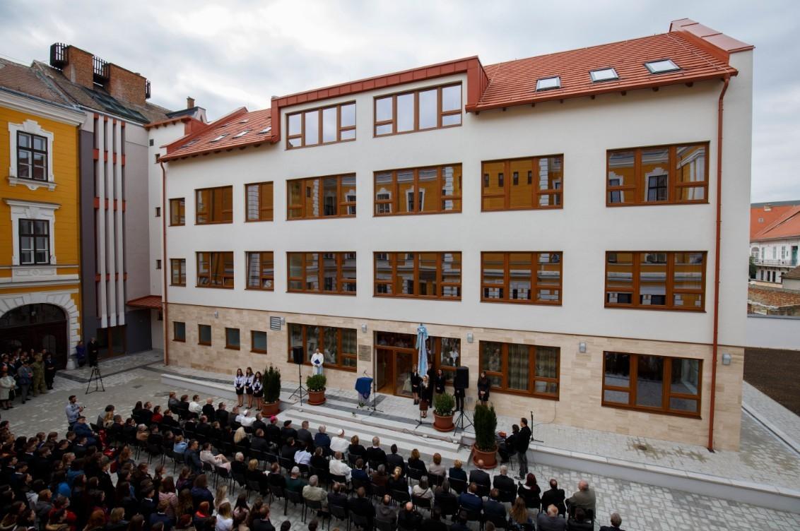 Új iskolaszárnyat, sportudvart kapott a Premontrei Gimnázium Szombathelyen