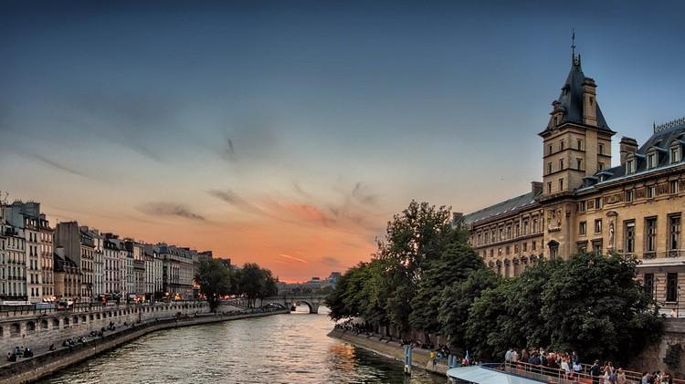 Csak elektromos minibuszok és gyalogosok közlekedhetnének Párizs belvárosában