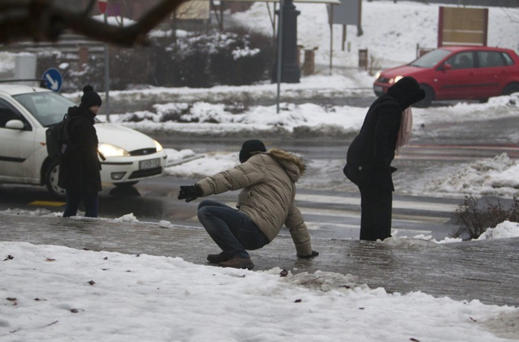 Ónos eső és havazás jön - Több megyére első és másodfokú figyelmeztetést adtak ki hétfőre