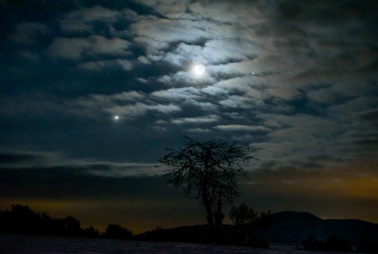 Január 31. hajnalán a Vénusz, a Hold és a Jupiter (fotó)