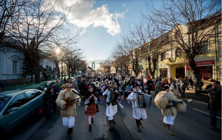 Rekordszámú maskarás búcsúztatja a telet az idén Mohácson