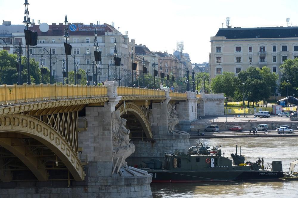 Dunai hajóbaleset - Fekete zászlók, mécsesek és virágok a Margit hídon