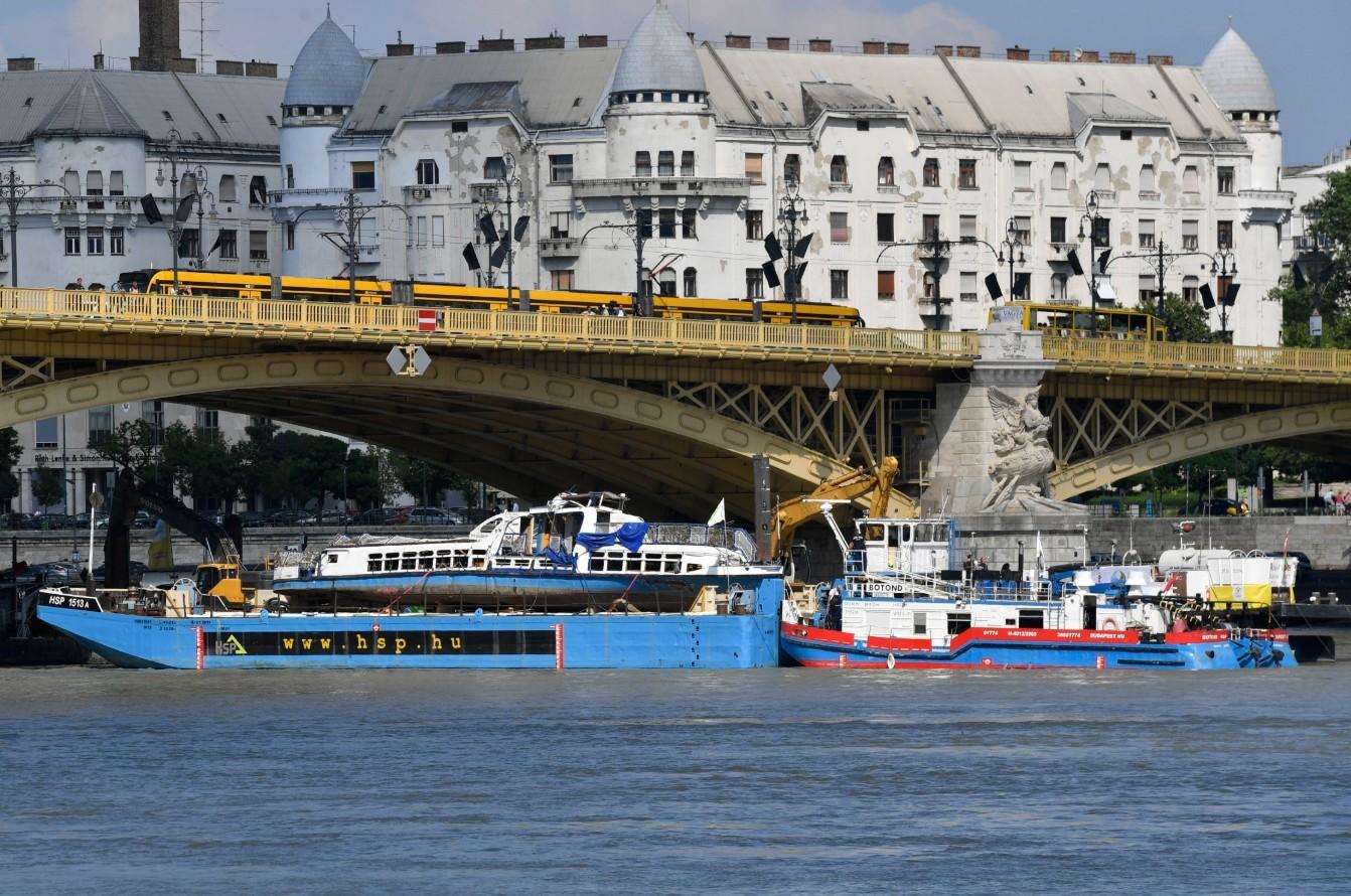 Dunai hajóbaleset - Csepelen folytatják a turistahajó szemléjét