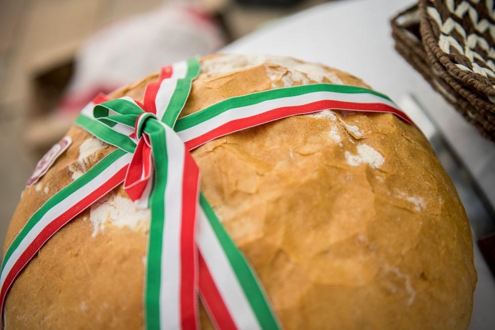 Augusztus 20. -  A paraszti kultúrában a kenyeret és a búzát nagy tisztelet övezte