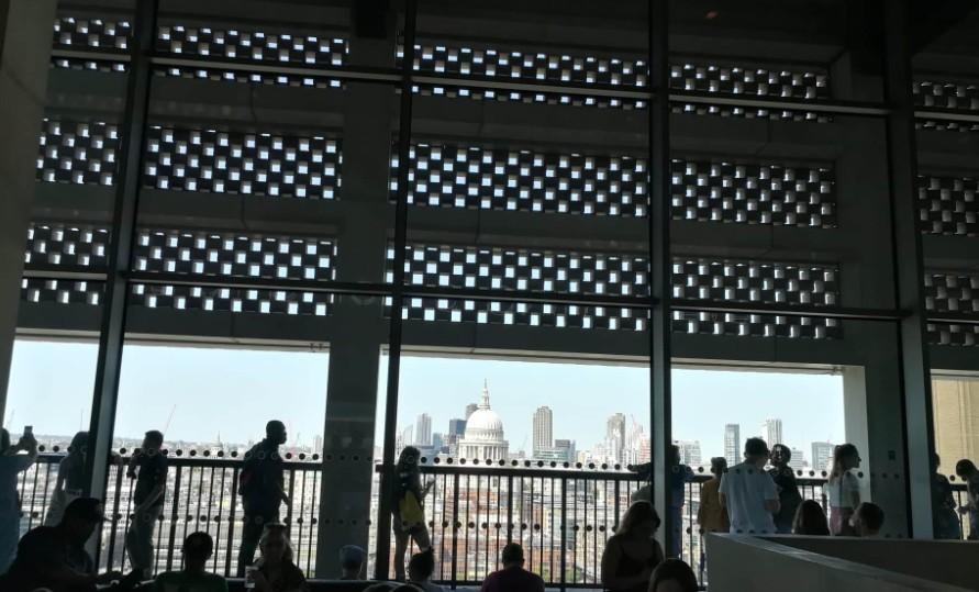 Lehajítottak egy hatéves gyereket a londoni Tate Modern múzeum teraszáról