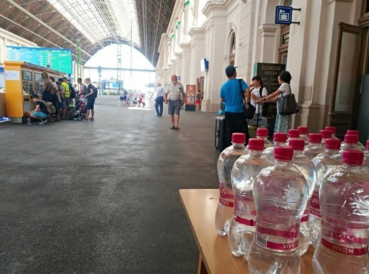 Ásványvizet osztanak a nagyobb vasúti és autóbusz állomásokon