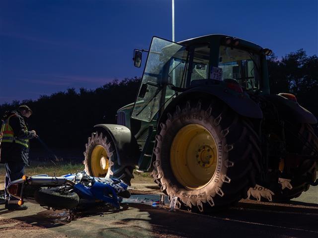 Motoros és traktor ütközött  - Egy ember életét vesztette