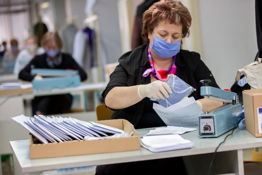 Távolságtartó matricák, szájmaszkok, fizetési halasztások - Összefogott az ország