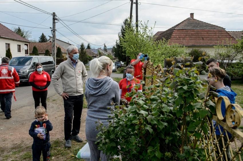 Önkéntesek segítik az idősek ellátását