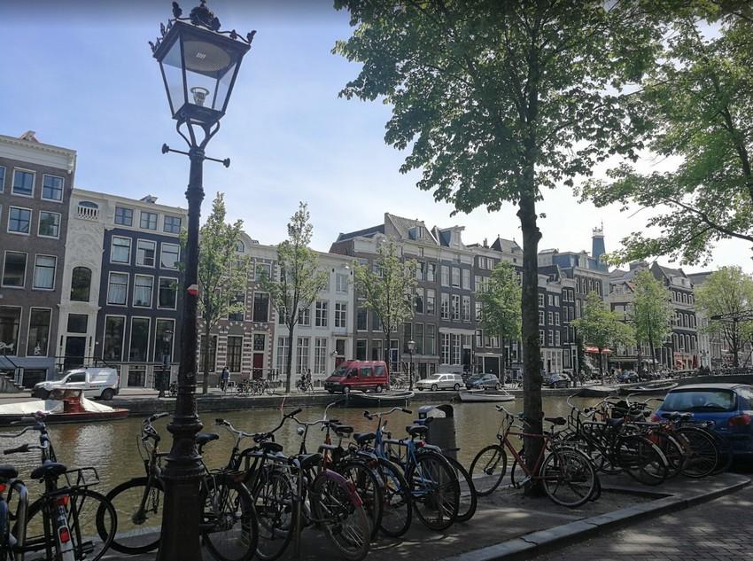Minikerteket alakítanak ki az utcai szemetesek köré Amszterdamban