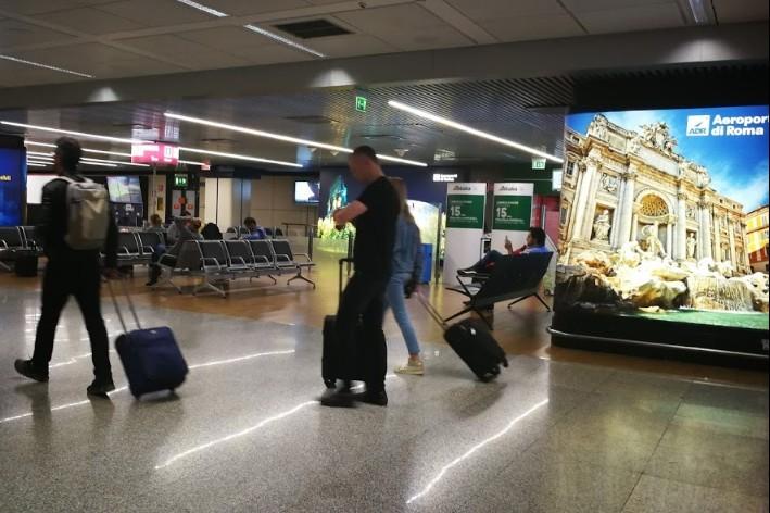 Koronavírus - A római repülőtéren az utasoktól ingyenes légúti mintavételt vesznek
