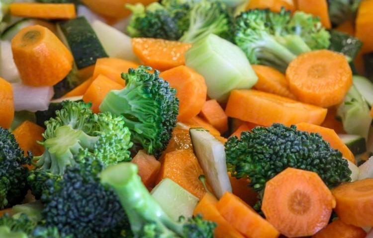Párolt karfiol, brokkoli, sárgarépa és zöldborsó